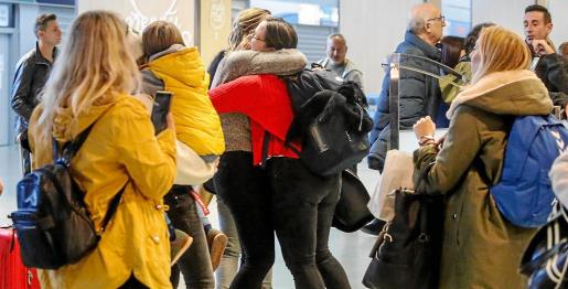 Durante la jornada de ayer muchos estudiantes y trabajadores se reencontraron con su familia en el aeropuerto de Ibiza.