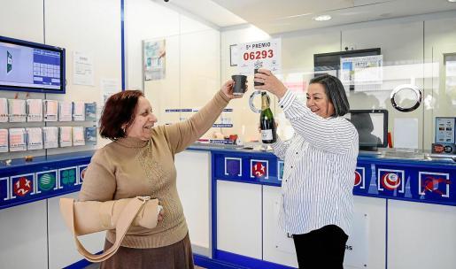 Cati Tur y Lidia Arabí celebran el quinto premio que le tocó a la primera en el despacho de loterías de Pedro Francés.