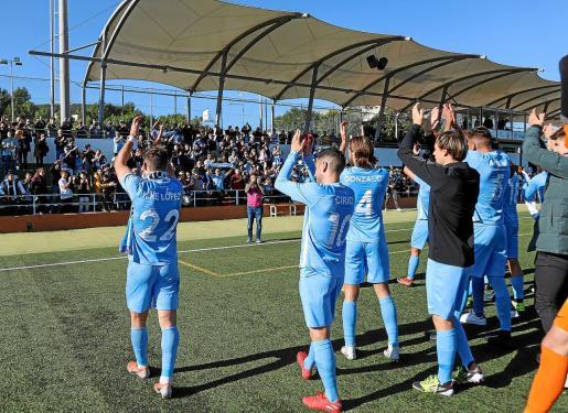 Los futbolistas celestes celebran el triunfo con sus aficionados.