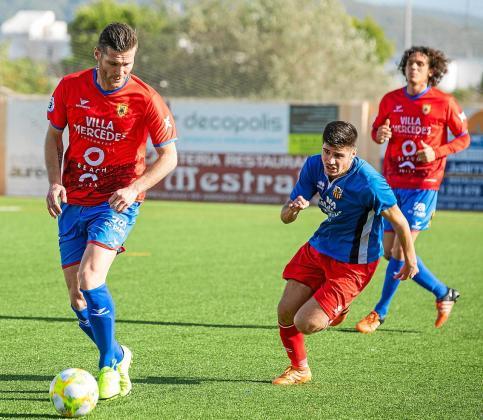 Adrián Rosa, del Portmany, conduce la pelota ante la presión de un jugador del Collerense.