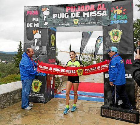 Carolina Gámez cruza la meta como mejor fémina en la pasada edición.