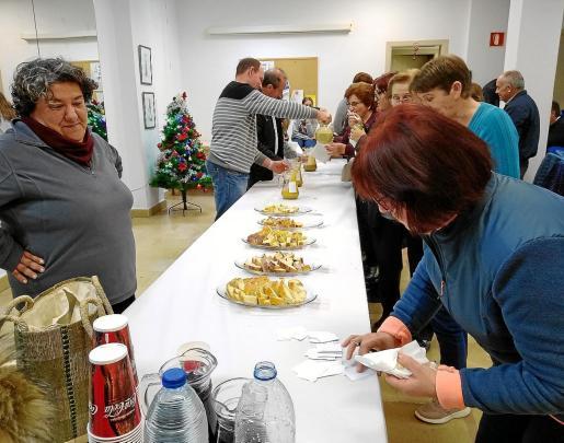 Degustación de la salsa de 'Nadal' y los 'biscuits' durante el concurso en el Centro Social de Forada.
