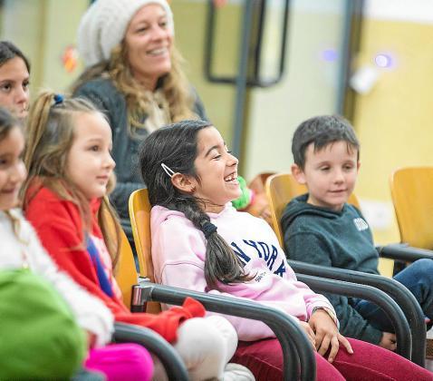 Visita sorpresa de Papá Noel y cuentacuentos infantil para los más pequeños en Cala de Bou.