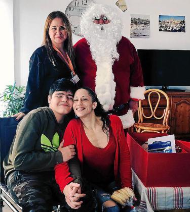 El niño con distrofia recibió de mano de Mónica Yern y de Papá Noel un regalo valorado en 6.000 euros y que tanto necesitaba
