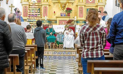La misa de 'Nadal' y el Belén viviente representado por los niños del pueblo, ayer, en la iglesia de Sant Carles.