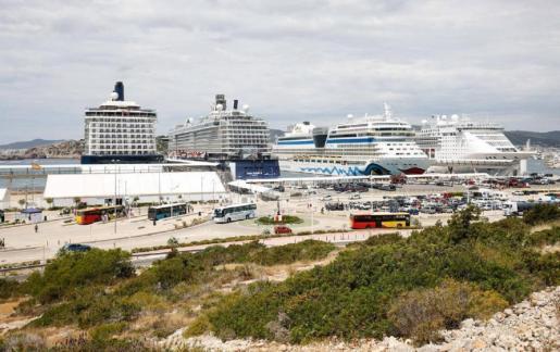 En la imagen cuatro cruceros atracados en Botafoc en 2018.