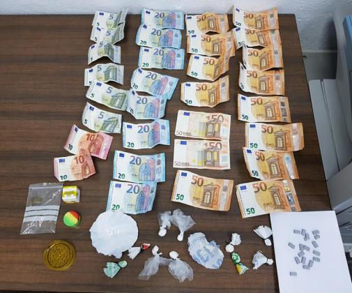 Dinero y sustancias decomisadas por la policía.