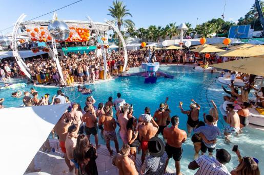Las actividades en O Beach de Sant Antoni giran en torno a la gran piscina.