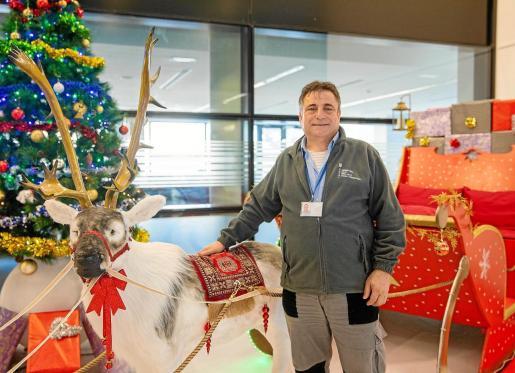 Francisco Plaza, responsable del servicio técnico, ganó el primer premio del concurso de decoración navideña y se llevó la cesta más grande.