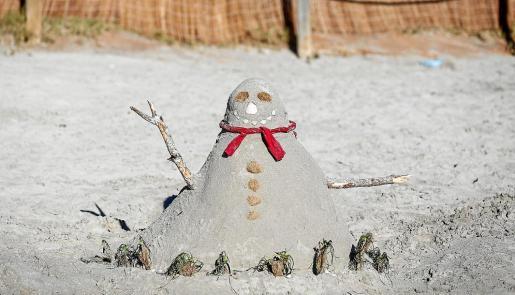 Imagen de un muñeco de arena en Ibiza.
