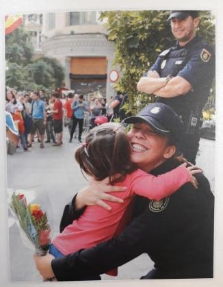 Felicitación navideña del director de la Policía, Francisco Pardo, utilizando una foto de las muestras de cariño en la Jefatura Superior de Barcelona tras los altercados de grupos independentistas.