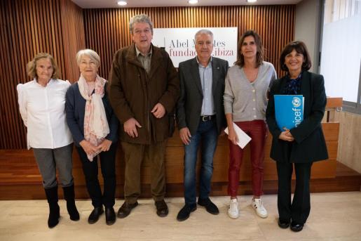 La presidenta del Comité Ejecutivo de la Fundación Abel Matutes, Carmen Matutes, junto a los representantes de las distintas organizaciones.