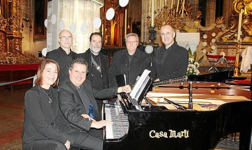 Mercè Pons y Andreu Riera. Detrás: Jordi Alberto, Joan Jesús Fiol, Joan Serra y Guillem Nicolau.