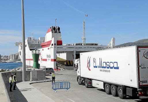 El flujo del tráfico de mercancias en los puertos de Baleares se ha resentido durante este año por la menor petición de productos por parte de las empresas al bajar la demanda. La situación continuará a lo largo del primer semestre de 2020.