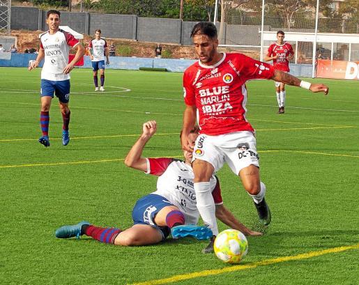 Cristian Terán se escapa de un rival en un partido de esta temporada.