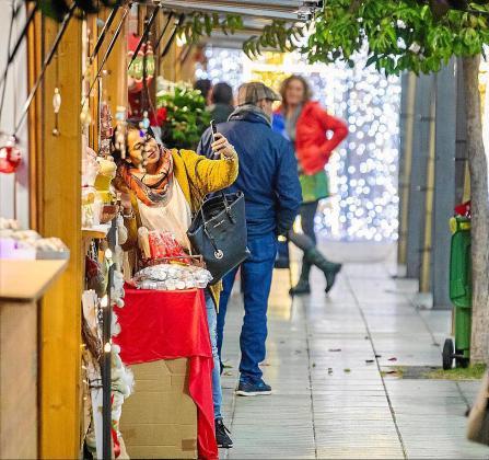Los ciudadanos que se acercaron ayer el primer mercadillo navideño de Sant Antoni dsfrutaron de todo el surtido de actividades que allí se les ofreció.
