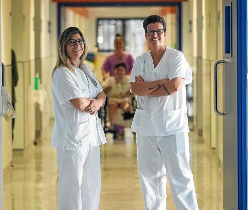 Sandra Castellano y Paula Garcia, en la planta donde trabajan.