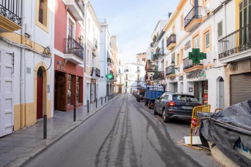 Poca gente transita por las calles del barrio marinero de Ibiza durante los días de Navidad.