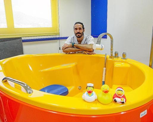 Juan Antonio Rosa, tras una de las bañeras del paritorio de Can Misses.