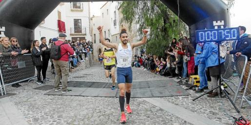 Anass Bourass levanta los brazos como vencedor de la XXXVIII Pujada a la Catedral.