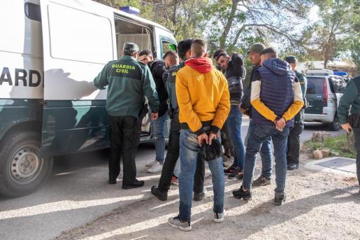 La Guardia Civil detuvo a once de los inmigrantes por la zona de es Cubells.