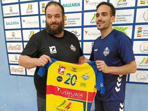 Aitor Barreros y Raúl Muñoz posan con la camiseta del Ushuaïa.