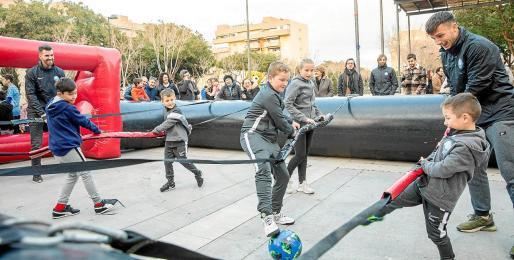 Imagen del futbolín humano que contó ayer con la presencia de algunos jugadores de la UD Ibiza.