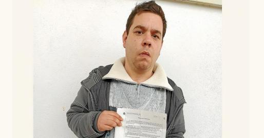 Alejandro Tur posa con la denuncia que interpuso en la Guardia Civil.