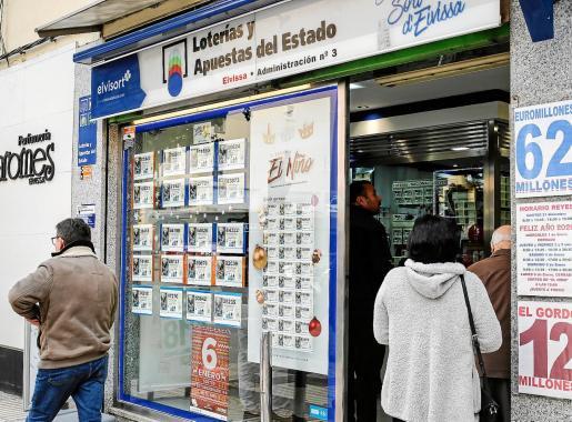 La administración nº 3 de lotería de Ibiza tuvo ayer largas colas de clientes que esperan tener suerte en el sorteo del día de Reyes.