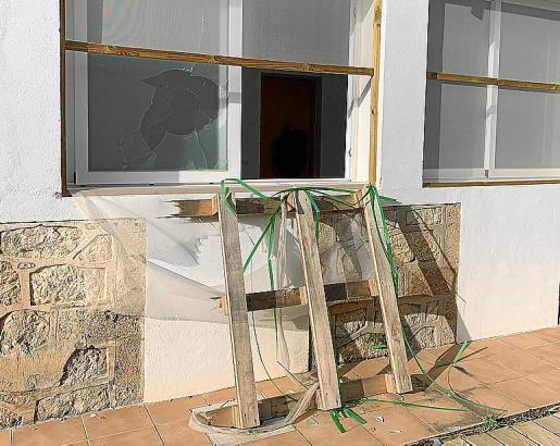Así quedó una ventana de una de las viviendas de la zona.