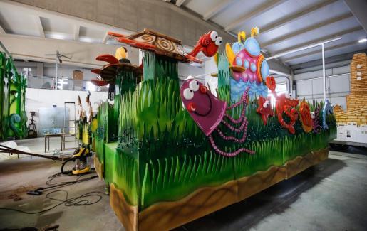 Las carrozas aguardan en una nave del Ayuntamiento a ser terminadas para salir el domingo por la tarde por las calles de Ibiza.