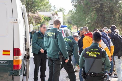 Algunos de los inmigrantes arrestados ayer en Ibiza son introducidos en un furgón de la Guardia Civil.