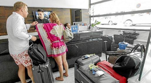 Turistas, en la recepción de un hotel de Ibiza, en una imagen de archivo.