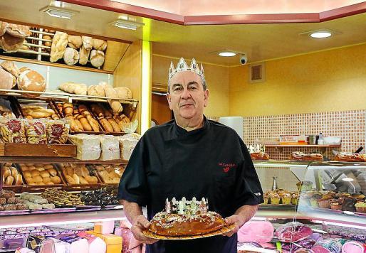 Gonzalo González, titular de la pastelería La Canela, ayer, en el negocio situado en la calle Aragón nº 54 en Ibiza.