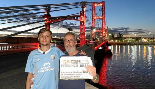 Marcelo y su hijo posan con un ejemplar d ePeriódico de Ibiza