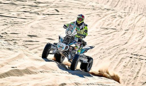 Toni Vingut se enfrenta a un duna con su quad durante el Rally Dakar.