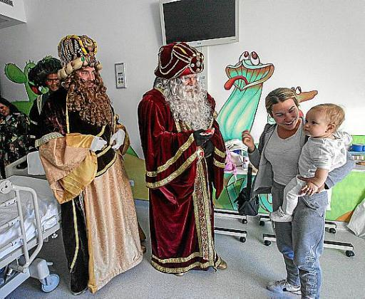 Melchor, Gaspar y Baltasar repartieron alegría a los niños que están ingresados en el hospital Can Misses de Ibiza.