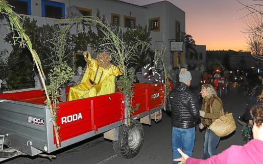 Los Reyes Magos utilizan varios medios de transporte para llegar a sus destinos y a Sant Joan llegaron en tractor.