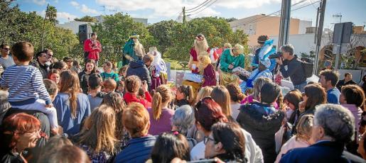 La plaza de la iglesia de Puig d'en Valls estaba llena de padres con sus hijos esperando su turno para abrir el regalo de los Reyes Magos.