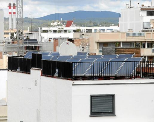 Una instalación de placas solares sobre la azotea de un edificio de Vila.