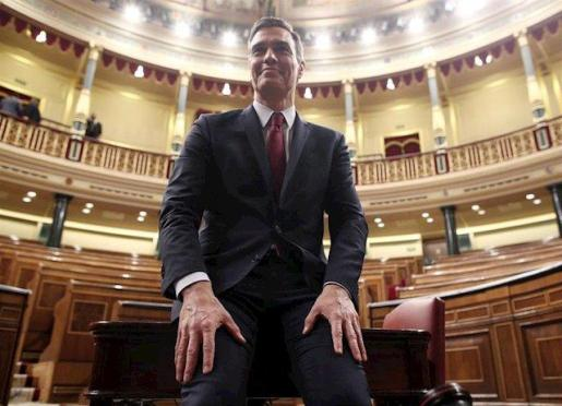 El presidente del Gobierno, Pedro Sánchez, posa sonriente en el hemiciclo del Congreso de los Diputados, tras obtener una votación favorable a su investidura (de 167 a 165 y 18 abstenciones).