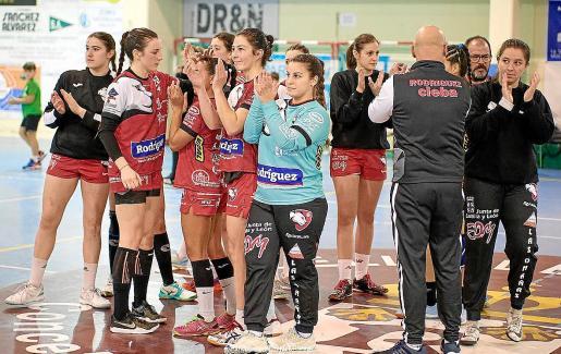 Ana Muñoz, en el centro, tras su último partido con el Cleba.