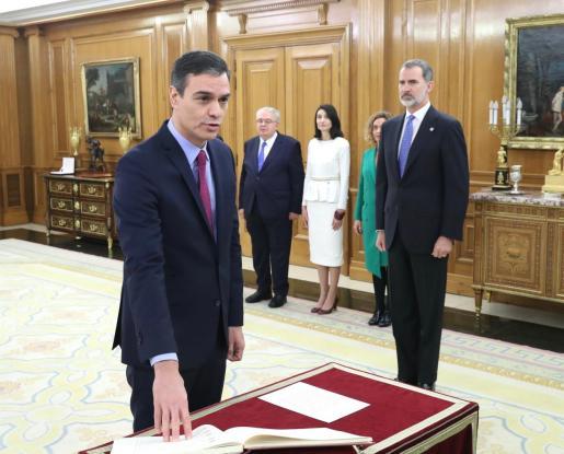 Pedro Sánchez promete su cargo de presidente del Gobierno ante el Rey.