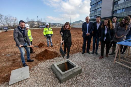 Rafa Ruiz, alcalde de Vila, y Francina Armengol, presidente del Govern, ayer, durante el acto simbólico de primera piedra.