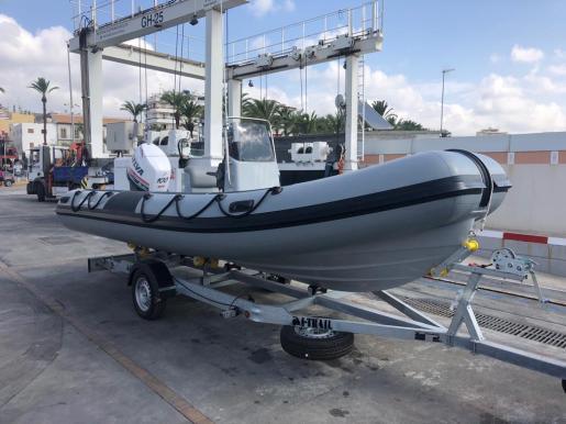 Embarcación con motor para los alumnos de la Academia Náutica del CNSA.