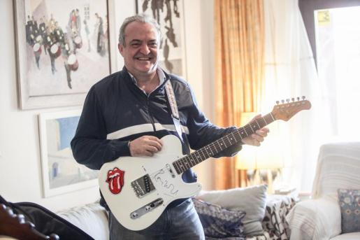 Alberto Sánchez-Runde con la guitarra firmada por Keith Richards.