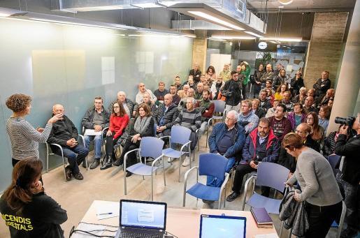 Neus Mateu hace la introducción en la reunión que mantuvieron ayer con los afectados por el tornado.