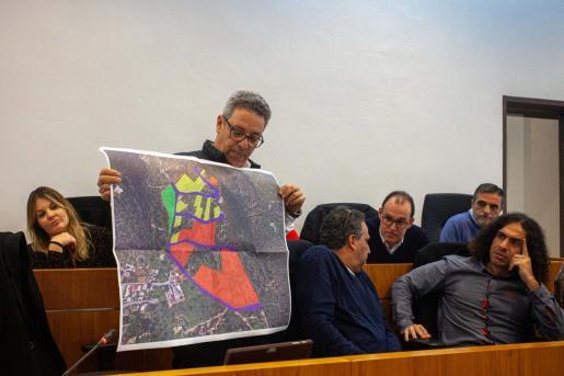 El portavoz de Ciudadanos, José Luis Rodríguez, muestra un plano con las parcelas ya edificadas (en color rojo) y las que ya tienen licencia (en color amarillo).