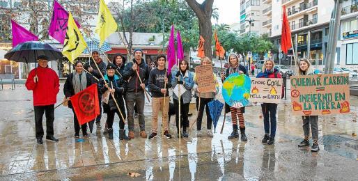 Los responsables de Extinction Rebellion y de Juventud Ibicenca se concentraron ayer en Vara de Rey.