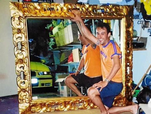Imagen del espejo de grandes dimensiones por el que su dueño ofrece una recompensa.